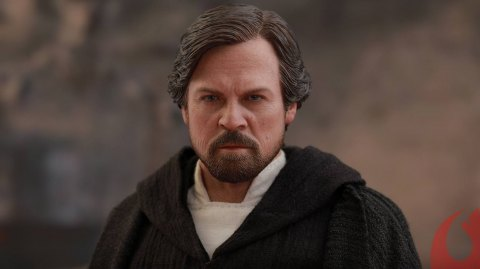 Hot Toy dévoile sa figurine de Luke Skywalker sur Crait